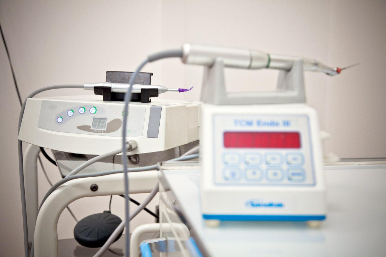 Аппарат PROZON и энтодонтический наконечник, используемые для лечения пульпитов и периодонтитов